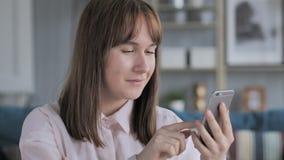 Интернет просматривать маленькой девочки на смартфоне, используя применения видеоматериал