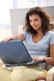 интернет девушки просматривать домашний довольно Стоковое Изображение RF