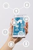 Интернет smartphone вещей стоковая фотография rf