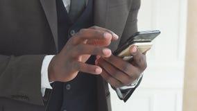 Интернет smartphone польз менеджера компании продаж посылает вебсайт просматривая, замедленное движение сообщений сток-видео