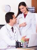 Интерн детенышей доктора советуя с в офисе клиники Стоковое фото RF