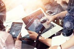 Интерфейс диаграммы значка глобального соединения виртуальный выходя Reserch вышед на рынок на рынок Молодая команда бизнесмена а стоковая фотография