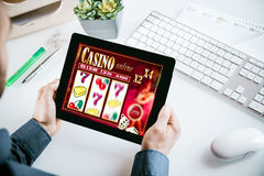 Интерфейс онлайн казино играя в азартные игры на таблетке Стоковое Фото
