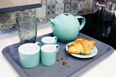 Интерьеры кухни с утварями для чая или кофе завтрака выпивая с круассаном Стоковые Фотографии RF