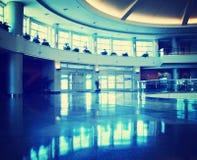 Интерьер авиапорта тонизировал с ретро винтажным фильтром instagram Стоковые Фотографии RF