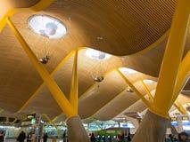 Интерьер авиапорта Barajas  в Мадриде, Испания Стоковое Изображение RF
