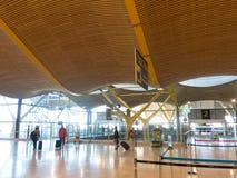 Интерьер авиапорта Barajas  в Мадриде, Испания Стоковая Фотография