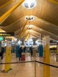 Интерьер авиапорта Barajas  в Мадриде, Испания Стоковые Фото