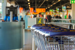Интерьер авиапорта Schiphol Амстердама Работник работая на co Стоковое Изображение RF