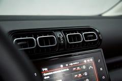 Интерьер автомобиля: вентиляционные отверстия стоковое фото