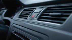 Интерьер автомобиля, кнопка аварийного освещения, кондиционирование воздуха движение медленное сток-видео