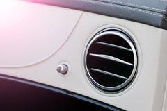 Интерьер автомобиля палубы вентиляции AC роскошный Современный интерьер автомобиля детализирует белую кожу и естественную древеси стоковая фотография