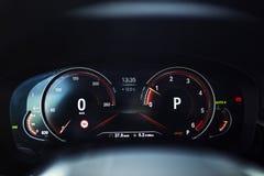 Интерьер автомобиля: Приборный щиток цифров с дисплеем спорта стоковые фотографии rf