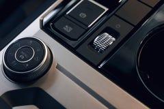 Интерьер автомобиля Современным приборная панель загоренная автомобилем стоковая фотография rf