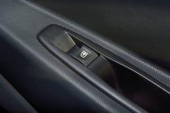Интерьер автомобиля с крупным планом кнопки переключателя окна Стоковое Фото