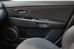 Интерьер автомобиля с целью приборной панели, мест, диктора и двери со  стоковые изображения rf