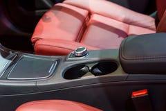 Интерьер автомобиля: Крупный план держателя и автокресла чашки Стоковая Фотография