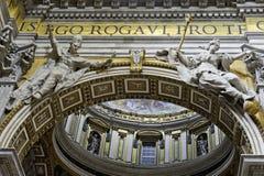 Интерьер базилики ` s St Peter, крупного плана свода вычисляет стоковое фото