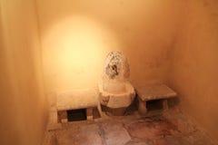 Интерьер бани тахты турецкой на острове Kos в Греции Стоковые Изображения