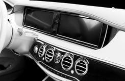 Интерьер белой кожи роскошного современного автомобиля Кожаная удобная белизна мультимедиа рулевое колесо и приборная панель Авто стоковая фотография