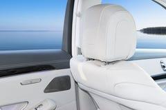 Интерьер белой кожи роскошного современного автомобиля Кожаные удобные белые места и мультимедиа рулевое колесо и приборная панел Стоковые Фотографии RF