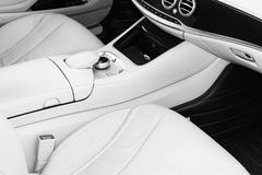 Интерьер белой кожи роскошного современного автомобиля Кожаные удобные белые места и мультимедиа рулевое колесо и приборная панел стоковая фотография rf