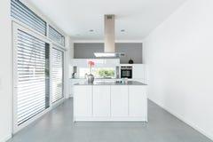 Интерьер белой кухни Стоковая Фотография RF