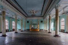 Интерьер большой залы столбца с fretwork на получившемся отказ особняке стоковая фотография rf