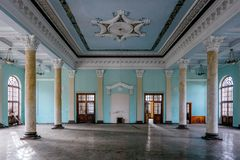 Интерьер большой залы столбца с fretwork на получившемся отказ особняке стоковая фотография