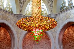 Интерьер большой мечети в Абу-Даби - люстре стоковое фото