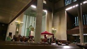 Интерьер большой синагоги de Ла Paix с людьми сток-видео