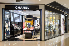 Интерьер бутика косметик Chanel Стоковое фото RF