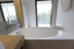 Интерьер ванной комнаты гостиницы с взглядом Стоковое Изображение RF