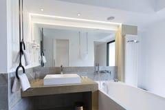 Интерьер ванной комнаты роскошной гостиницы Стоковое фото RF