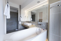 Интерьер ванной комнаты роскошной гостиницы Стоковое Изображение RF