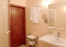 Интерьер ванной комнаты с полотенцами на стене стоковое фото