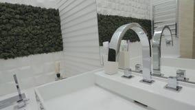Интерьер ванной комнаты с раковиной и faucet акции видеоматериалы