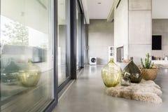 Интерьер виллы с стеной цемента Стоковая Фотография