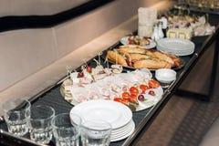 Интерьер внутри лимузина при софы и таблица покрытая с закусками на праздник Селективный фокус Стоковая Фотография RF
