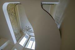 Интерьер вторых светлых лестниц, люстра перил стоковая фотография