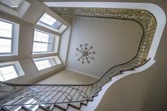 Интерьер вторых светлых лестниц, люстра перил стоковое фото rf