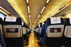Интерьер высокоскоростного железнодорожного экипажа стоковые изображения
