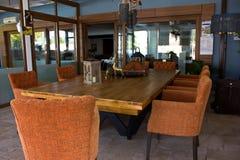 Интерьер в ресторане Кресла деревянного стола и коричневого цвета стоковая фотография