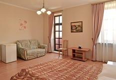 Интерьер гостиницы rr гостиничного номера в розовых тонах с выходом к балкону Современные классики стоковое изображение rf
