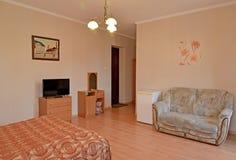 Интерьер гостиничного номера в розовых тонах с изображением на стене Современные классики стоковая фотография