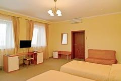 Интерьер гостиничного номера в теплых цветах Современные классики стоковые изображения