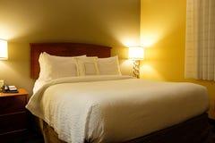 Интерьер гостиничного номера королевской кровати стоковое изображение