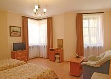 Интерьер гостиничного номера с 2 окнами Современные классики стоковая фотография rf