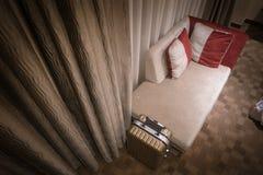 Интерьер гостиничного номера с светом ночи стоковые фотографии rf