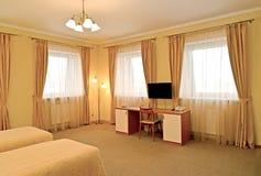 Интерьер гостиничного номера с столом Современные классики стоковое фото